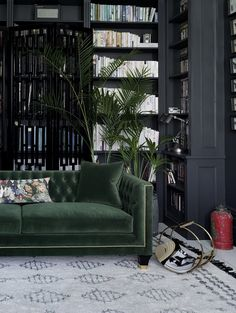 Home Decoration Design The Heart of The Forest in Your Home with a green velvet sofa.Home Decoration Design The Heart of The Forest in Your Home with a green velvet sofa Living Room Green, Home Living Room, Living Room Designs, Living Room Decor, Dark Walls Living Room, Green Living Room Furniture, Black Living Rooms, Living Spaces, Bedroom Decor