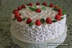 Torta sa nadjevima od malina i slasticarske kreme , te cijela oblozena slagom obogacenim ekstraktom od maline . Preukusno .