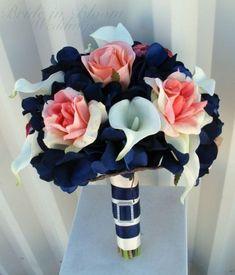 Mariage bleu marine et corail : le bouquet de fleurs