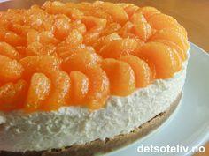 Ja, jula varer jo helt til påske dere Siden jeg hadde en boks med pepperkaker igjen fra julen, ble det pepperkakebunn på denne fantastisk nydelige mandarinostekaken. Du kan selvsagt også bruke vanlige kjeks, men eventuelt tilsette litt krydder for å få pepperkakesmak likevel. Mandarinene på toppen gir en utrolig vakker, solgul påskekake! Mousse Cake, Recipies, Cheesecake, Xmas, Fish, Baking, Desserts, Cakes, Recipes