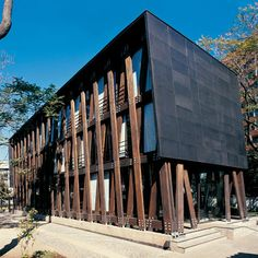Edificio BIP office building by architect Alberto Mozó, constructed in Santiago de Chile. The three-story structure is made from laminated timber and can be dismantled and reconstructed elsewhere should it become necessary.