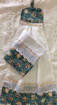 Kit bate mão e pano de prato no Elo7 | Jô Arte e Variedades (B5B905) Dish Towels, Hand Towels, Tea Towels, Rustic Placemats, Sewing Hacks, Sewing Projects, Towel Crafts, Hanging Towels, Ribbon Embroidery