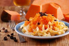 Tagliatelle mit herzhafter Kürbis-Sauce - meinheimvorteil.at Vegetarian Recipes, Cooking Recipes, Pasta, Cantaloupe, Macaroni And Cheese, Fruit, Ethnic Recipes, Food, Pumpkin Sauce