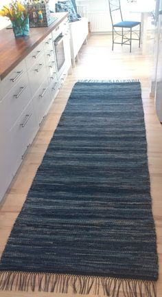 Blå jeans i kypert. Recycled Denim, Recycled Fabric, Floor Cloth, Textiles, Tapestry Weaving, Woven Rug, Sewing Tutorials, Rugs On Carpet, Loom