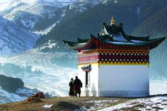 These destinations for a Tibet spiritual retreat take you through the meditative calm lakes in the Himalayan realm, beautiful Buddhist temples and monasteries. Nepal, Le Tibet, Monte Everest, Destination Voyage, Lhasa, Buddhist Temple, Countries Of The World, Historical Sites, Live Action
