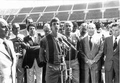 El Barça no tardó en ficharlo procedente del Ajax, convirtiéndolo en la contratación más cara hecha hasta el momento. En Barcelona estuvo cinco temporadas y siguió deslumbrando a todo el mundo. Johan Cruyff conquistó como jugador azulgrana una Liga (1973/74), una Copa del Rey (1977/1978).