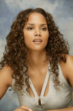 a new life hartz: Halle Berry Different Hairstyles 2012 Estilo Halle Berry, Halle Berry Hot, Long Curly Hair, Curly Hair Styles, Halle Berry Hairstyles, Hally Berry, Black Actresses, Actrices Hollywood, Different Hairstyles