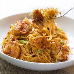 Recipe: Bang Bang Shrimp Pasta: This one looks the best so far. Fish Recipes, Seafood Recipes, Asian Recipes, Dinner Recipes, Cooking Recipes, Healthy Recipes, Healthy Food, Seafood Dishes, Pasta Dishes