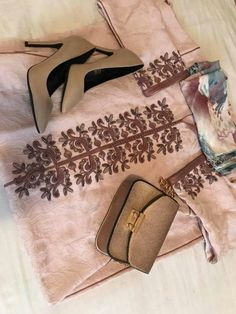 Fenaaaaaa Morrocan Fashion, Morrocan Dress, Moroccan Caftan, Moroccan Style, Hand Embroidery Dress, Embroidery On Kurtis, Kurti Embroidery Design, Machine Embroidery, Kaftan