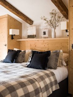 Chalet Grelottiere Verbier (Desire To Inspire) Mountain House Decor, Mountain Bedroom, Mountain Cabins, Chalet Ski, Chalet Style, Alpine Chalet, Chalet Interior, Cabin Chic, Casa Clean