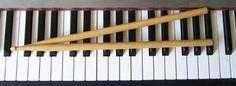 Mijn oorspronkelijk instrument is dan wel gitaar, maar ik zou ook zeer graag leren drummen en piano spelen.