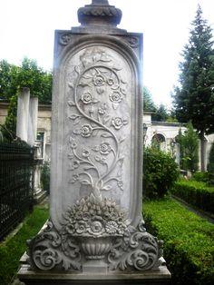 Kadın mezar taşları çok ince düşünülmüş bir diğer sembolik taşlardır. Çiçekler, güllerle süslenmiş bir mezar taşı görürseniz, bir kadın mezar taşı olduğunu anlarsınız. Kadınlara çiçek diyen bu toplum, mezar taşında dahi bu inceliği göstermiştir ;