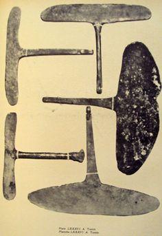 Plancha LXXIX. Pectoral de bronce y sus dibujos esquemáticos de Tihuanacu. Tiahuanaco llegó a este nivel de conocimientos. Se encontraron objetos de bronce que demuestran que supieron fundir el estaño con el cobre para obtener un metal de mayor dureza para crear herramientas.