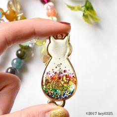 Este posibil ca imaginea să conţină: 1 persoană Resin Jewelry, Jewelry Crafts, Beaded Jewelry, Jewelry Art, Uv Resin, Resin Art, Handmade Accessories, Handmade Jewelry, Bijoux Fil Aluminium