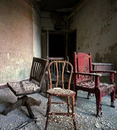 empty chairs at empty tables. Old Abandoned Buildings, Abandoned Asylums, Old Buildings, Abandoned Places, Abandoned Castles, Hospital Table, Creepy Houses, Beautiful Ruins, Insane Asylum