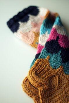 Kun oli viikkokausia kuleskellut samoissa villasukissa, oli aika tehdä niille kaverit. Kuvio oli sen verran kaunis, että samoilla mentiin. Enkä näitäkään sukkia tehdessä unohtanut todeta monta ke…