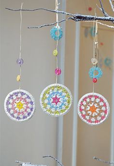 crochet circles- easter decorations maybe Crochet Diy, Crochet Garland, Crochet Decoration, Crochet Home, Love Crochet, Crochet Granny, Crochet Crafts, Crochet Doilies, Crochet Flowers