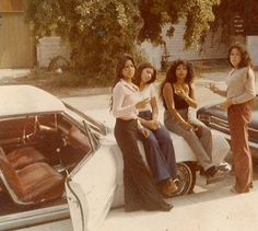 Find images and videos about vintage, retro and car on We Heart It - the app to get lost in what you love. 70s Inspired Fashion, 70s Fashion, Vintage Fashion, Fashion Black, Fashion Styles, Fashion Brands, Fashion Ideas, Fashion Outfits, Estilo California