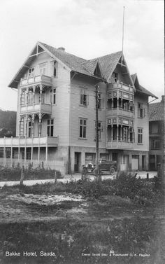 Rogaland fylke Sauda kommune Bakkes Hotell bygd ca 1915 og fikk det mer prominente navnet Grand Hotell. Utg Sauda Bok og Papirhandel - O.K. Fløgstad