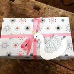 Wir wünschen uns romantische Geschenke unterm Christbaum! Rosa und Glitzer? Ja, bitte! Aber nicht kitschig! #geschenk #design #stefaniekrauss #schwan #geschenkanhänger #muster #geschenkpapier #geschenkpapierliebe #sterne #pastellove