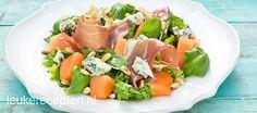 Lekkere zomerse combi van frisse sla met meloen, basilicum, prosciutto ham en blauwe kaas