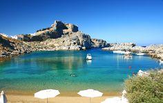 La baia di St. Paul, a Lindos, sulla costa orientale di Rodi - Le 15 spiagge più belle della Grecia (FOTO)