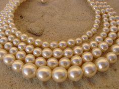 Vierreihiges Perlencollier aus cremefarbenen aber nicht gelbstichigen Kunsstoffperlen, daher angenehm leicht zu tragen. Supersitz dank parallell befes