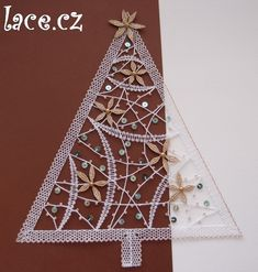 Christmas tree, perfect for window decoration Needle Tatting, Needle Lace, Fabric Stiffener, Bobbin Lacemaking, Easy Christmas Decorations, Bobbin Lace Patterns, Lace Heart, Lace Jewelry, Lace Making