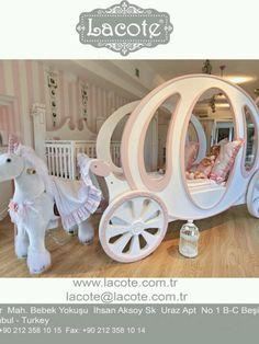 Princess room #DisneyPrincessWMT helaas een te klein huis/ kamer voor de prinsesjes, maar wauw! Wie wil nou niet zo'n bed...