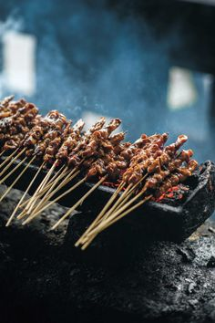 Jakarta: Chicken Satay Skewers (Sate Ayam) 8 You Should Try at Least Once Sate Ayam, Sate Taichan, Beef Dishes, Food Dishes, Izakaya Recipe, Comida Filipina, Halal Recipes, Kebab Recipes, Asian Street Food