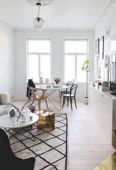 På kun 5 uger gav Ema og kæresten alle rum i lejligheden en makeover Minimalist Scandinavian, Minimalist Living, Scandinavian Interior, Rooms Ideas, Apartment Makeover, Living Comedor, Small Apartments, Interiores Design, Small Living
