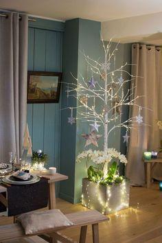 Un arbre de Noël fabriqué avec des branches peintes en blanc.