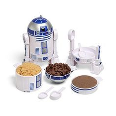 This set of R2-D2 Measuring Cups disassembles into 4 measuring cups + 4 measuring spoons and reassembles in a snap. Each has its measurement written inside so you can't forget what they are and handles on the back that don't distract from R2's aesthetic.