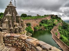 If you want to relive the past, on your visit to India, check out these UNESCO World Heritage Sites in Rajasthan that include fortresses, palaces and more architectual monuments sure to impress the family. Chittorgarh Fort, Weather In India, India Culture, Visit India, India Tour, Travel Tours, Travel Guide, Tourist Places, Rajasthan India