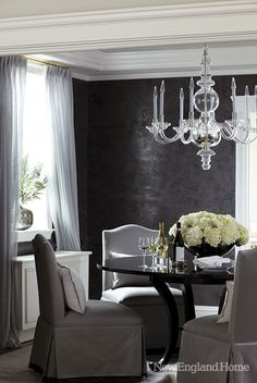 Textured black dining room walls & glass chandelier, by Gonzalez Design Decoration Gris, Casa Clean, Beautiful Dining Rooms, New England Homes, Dining Room Walls, Dining Area, Dining Table, Small Dining, Round Dining
