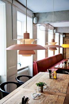 De PH5 #hanglamp van #louispoulsen is ontworpen om laag boven een tafel te worden gehangen, terwijl hij tevens gedempt #licht naar de omgeving uitstraalt