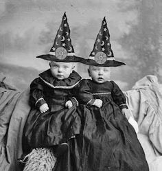 Vintage Halloween Costumes 39 Interesting Photos That Capture Women in Witch Costumes From the Early Century ~ vintage everyday Retro Halloween, Photo Halloween, Halloween Fotos, Vintage Halloween Photos, Halloween Pictures, Holidays Halloween, Halloween Crafts, Happy Halloween, Halloween Diorama