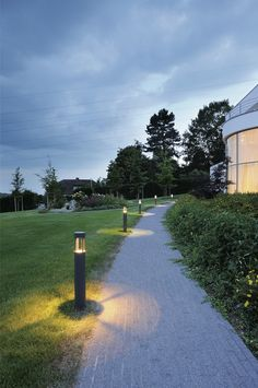 outdoor lighting 101 walking paths paths and landscaping. Black Bedroom Furniture Sets. Home Design Ideas