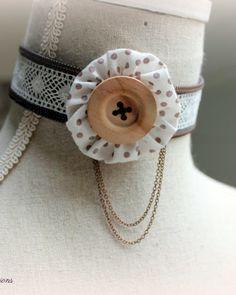 collier bijou unique, création textile, bijou fantaisie, romantique, collier zippé dentelle et yoyo de tissu #creationtextile #bijouunique #vanilleetprune