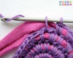 Linda idea para hacer alfombras reutilizando remeras y lanas o hilos.