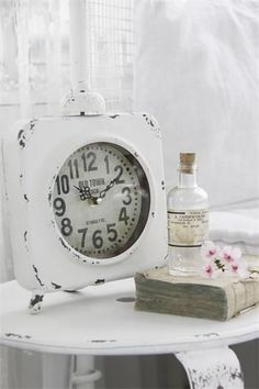 White patina table clock from French Charmed, perfect for a shabby chic cottage Style Shabby Chic, Shabby Chic Stil, Vintage Shabby Chic, Vintage Decor, White Cottage, Shabby Cottage, Cottage Style, Old Clocks, Antique Clocks