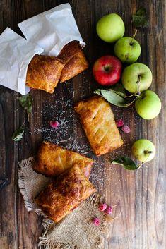 Chaussons aux pommes et aux framboises - Ingrédients : 1 abaisse de pâte feuilletée de 250 g, 4 pommes, 250 g de framboises, de la cassonade...