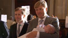 Koning Willem-Alexander en zijn gezin zijn zondag in de kathedraal van het Italiaanse Parma bij de doop van prins Carlos jr.