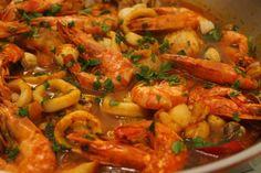 Cantinho da Somi: Cataplana de marisco Tapas, Prawn, Shrimp, Portuguese Recipes, Portuguese Food, Soups And Stews, Seafood, Meat, Cod Fish Cakes