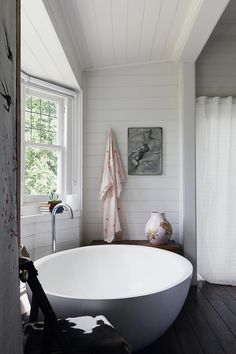Vanessa Partridge Round Soaking Tub | Remodelista