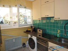Neben der Küche gibt es eine kleine Speisekammer zum Verstauen von Vorräten.