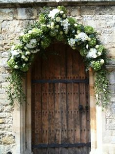 Styling Ideas for a church wedding including flower pew ends, welcome signage, floral arrangements in urns and arches Modern Country Style, Country Style Wedding, Country Chic, Floral Arch, Arte Floral, Floral Garland, Church Wedding Flowers, Arch Wedding, Wedding Church Aisle