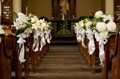 Decoraciones de pasillo de la iglesia en pinterest arcos for Sillas para novios en la iglesia