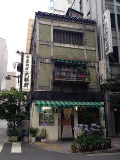 Japanese Buildings, Japanese Streets, Japanese Architecture, Japanese House, Aesthetic Japan, Japanese Aesthetic, City Aesthetic, Japan Street, Japan Travel