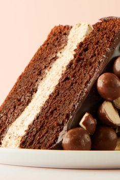 Soda fountain treat turned tender cake, complete with a creamy filling and a fudge glaze. Chocolate Malt Cake, Chocolate Extract, Chocolate Desserts, Malt Recipe, Malt Balls Recipe, Cupcake Cakes, Cupcakes, Bundt Cakes, Layer Cakes